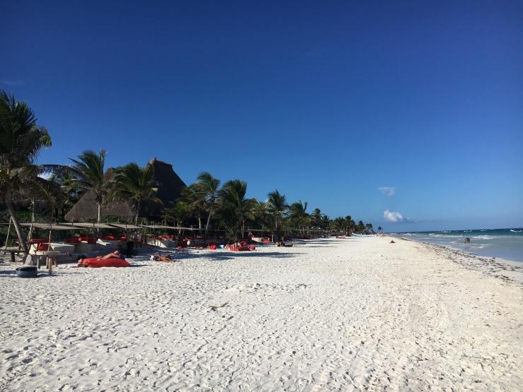 Der Sandstrand von Tulum ist karibisch weiß