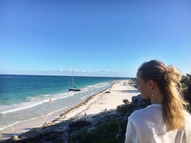 Der Strand von Tulum ist ein schöner Karibikstrand in Mexiko
